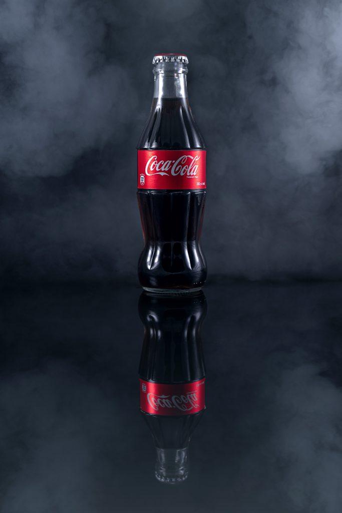 garrafa de coca-cola em fundo preto